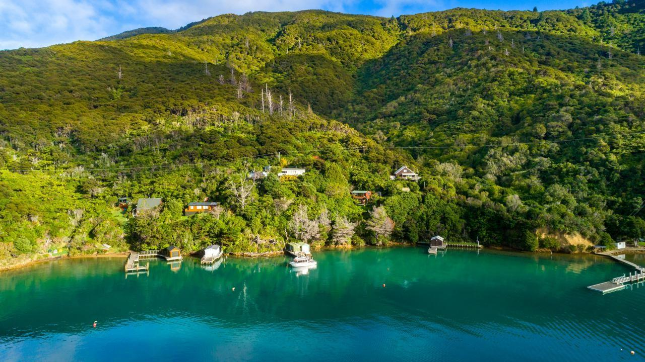 * Aratawa Bay, Bay of Many Coves , Queen Charlotte Sound