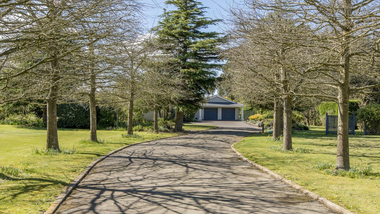 100 School Road, Yaldhurst